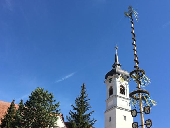 Dorfkirche mit Maibaum: Bäck to the roots in Ummendorf.