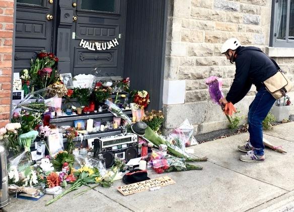 Heute um die Mittagszeit: Trauer vor Cohens Haus in Montreal. © Foto: Bopp